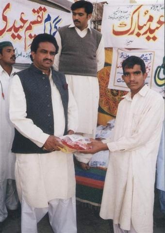 Riaz Ghulvi distributing